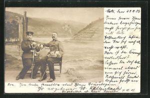 Foto-AK Soldaten auf einer Bank vor Studiokulisse Flusslandschaft