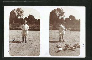Foto-AK Junge füttert die Tauben, Passepartout