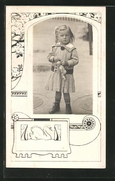 AK Mädchen mit Puppe im Passepartout mit Schwan und Blumen