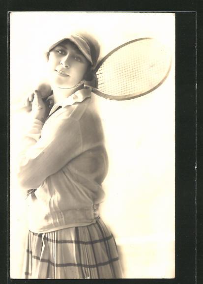 AK junge Frau schwingt den Tennisschläger