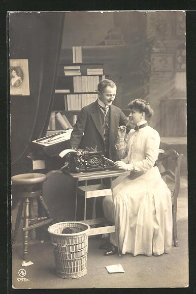 AK Mann und Frau im Büro mit Schreibmaschine