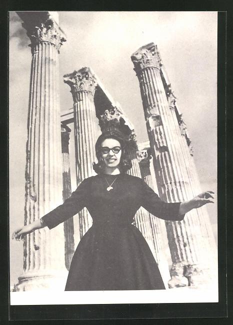 AK Musikerin Nana Mouskouri vor einem historischen Tempel