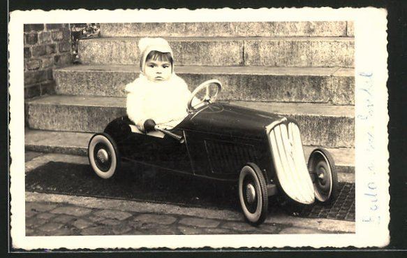 AK Kleinkind in einem Blechauto sitzend