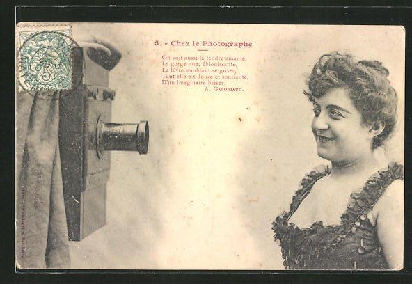 AK Chez le Photographe, Frau vor einem Fotoapparat