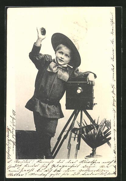 AK Knabe mit Hut am Fotoapparat