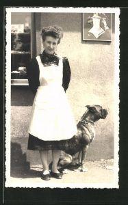 Foto-AK Frau mit Boxer vor Emailleschild
