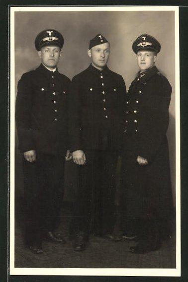 AK Eisenbahner in Uniform mit Mützen