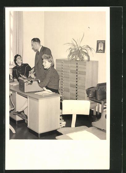 Foto-AK Büroangestellte mit Schreibmaschine