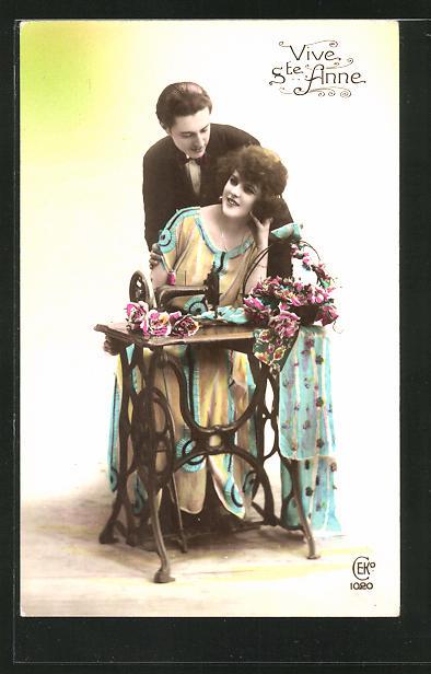 AK Vive Ste Anne, Paar mit Nähmaschine