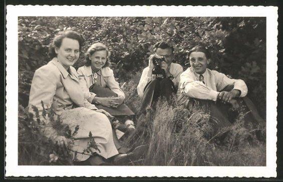 Foto-AK junge Leute im Grünen mit Fotoapparat