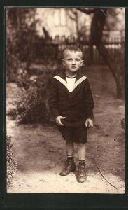 Foto-AK Kleiner Junge im Garten in zeitgenöss. Kleidung