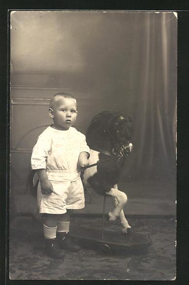 Foto-AK Kleiner Junge mit Schaukelpferd