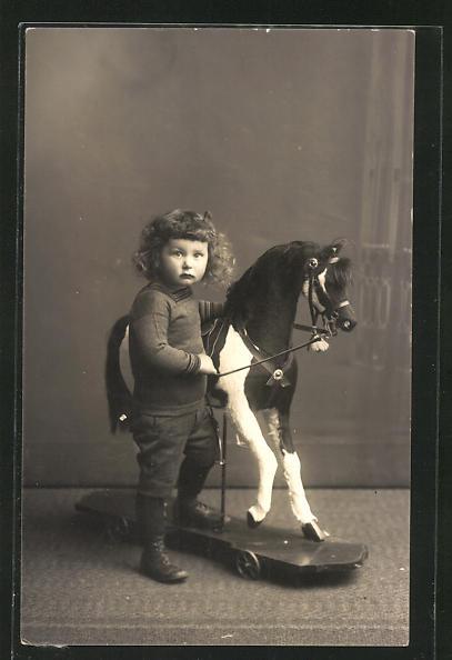 Foto-AK Kind mit Schaukelpferd