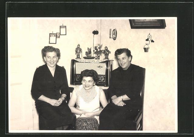 Foto-AK Drei Damen vor Radio