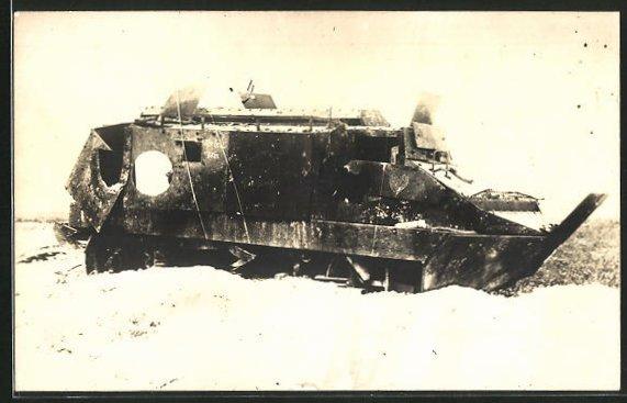 Foto-AK zerstörter Panzer Schneider A7V im Schützengraben