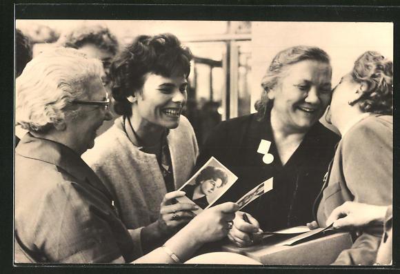 AK DDR-Propaganda, Weltkongress der Frauen in Moskau 1963, Nina Chruschtschowa mit österr. Delegierten