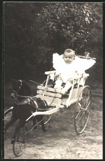Foto-AK Kleinkind in einer Spielzeugpferdekutsche