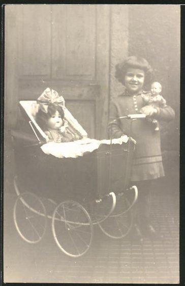 Foto-AK Kleine Puppenmutti mit Kinderwagen