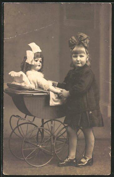 Foto-AK Puppenmutti mit Kinderwagen