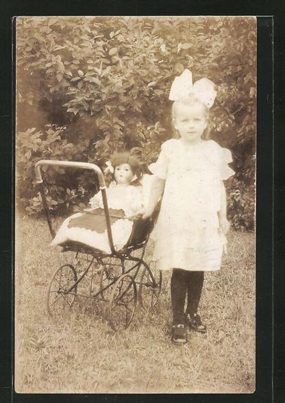 Foto-AK Süsses Mädchen mit ihrer Puppe im Kinderwagen