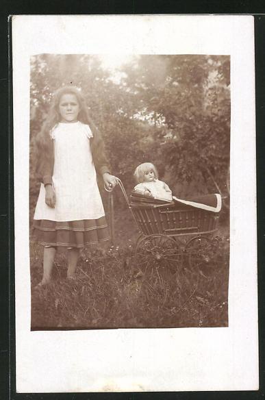 Foto-AK Mädchen mit ihrer Puppe im Kinderwagen