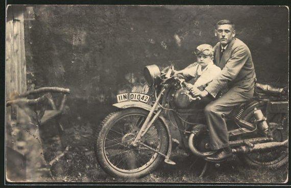 Foto-AK Motorrad DKW, Vater und Sohn sitzen auf der Maschine