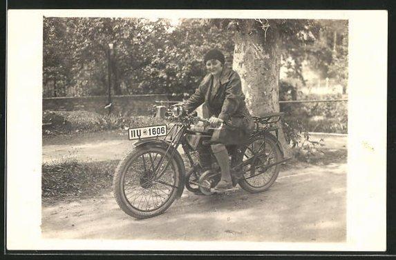 Foto-AK Motorrad Zündapp, Frau unterwegs auf der Landstrasse