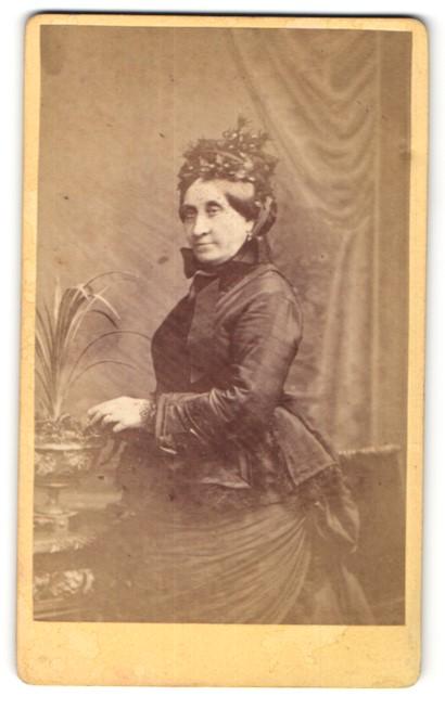 Fotografie C. Brion, Marseille, Portrait Dame in zeitgenöss. Mode mit Kopfbedeckung