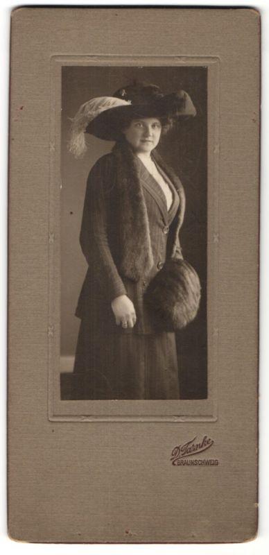 Fotografie D. Tarnke, Braunschweig, Portrait Dame mit Muff, Pelzschal und Hut