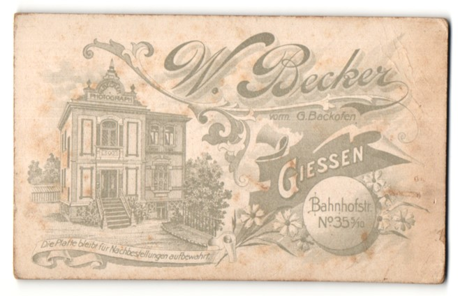 Fotografie W. Becker, Giessen, rückseitige Ansicht Giessen, Atelier Bahnhofstrasse 35 5 /10, vorderseitig Portrait