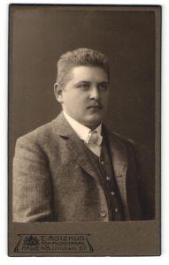 Fotografie E. Motzkus, Halle a/S, Portrait junger Mann mit Bürstenhaarschnitt