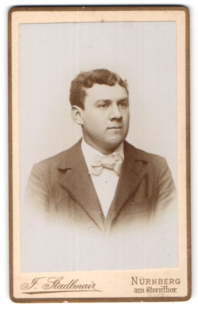 Fotografie J. Stadlmair, Nürnberg, Portrait junger Herr mit zeitgenöss. Frisur