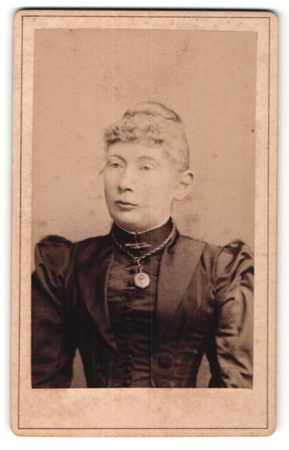 Fotografie L. Belitski, Nordhausen, Portrait Frau in zeitgenöss. Garderobe