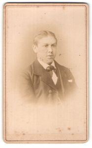 Fotografie R. Schade, Alexandersbad, Portrait junger Mann mit zurückgekämmtem Haar