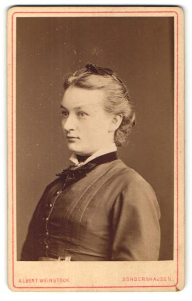 Fotografie Albert Weinstock, Sondershausen, Portrait junge Frau mit zusammengebundenem Haar