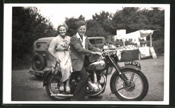 Foto-AK Paar auf einem BSA-Motorrad macht eine Sonntagsfahrt