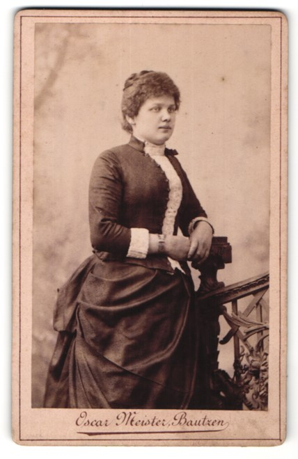 Fotografie Oscar Meister, Bautzen, Portrait junge Frau in Kleid