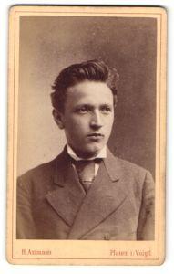 Fotografie H. Axtmann, Plauen i/V, Portrait junger Mann mit zurückgekämmtem Haar