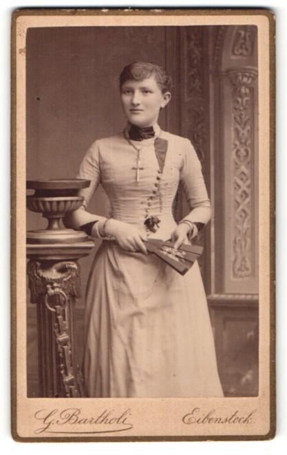 Fotografie G. Bartholi, Eibenstock, Portrait Mädchen mit Kruzifix