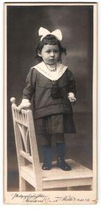 Fotografie Samson & Co., Halle a/S, Portrait kleines Mädchen mit Haarschleife