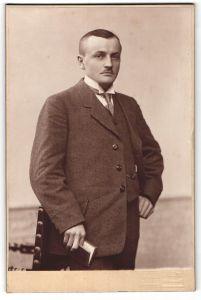 Fotografie Fritz Möller, Halle a/S, Portrait junger Mann in Anzug