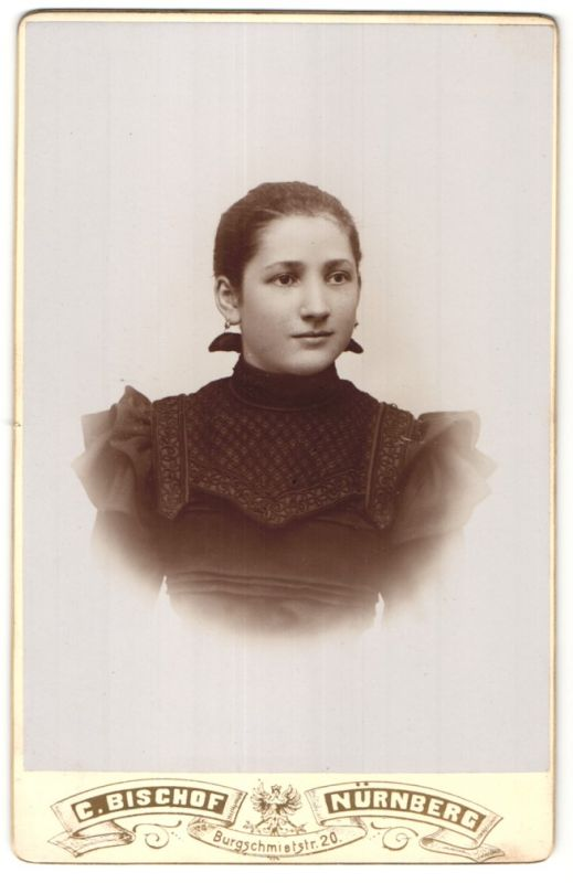 Fotografie C. Bischof, Nürnberg, Portrait Mädchen mit zusammengebundenem Haar