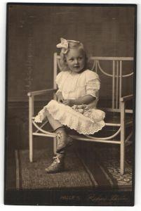 Fotografie Richard Schröder, Halle a/S, kleines Mädchen mit Haarschleife