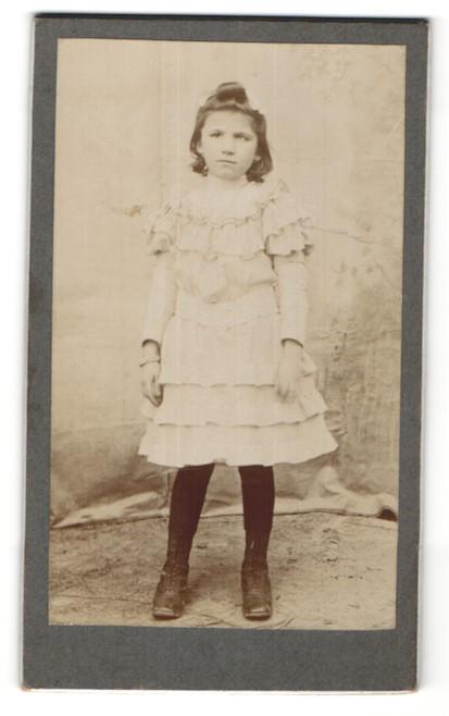 Fotografie junges Mädchen im weissen Kleid mit Armreif