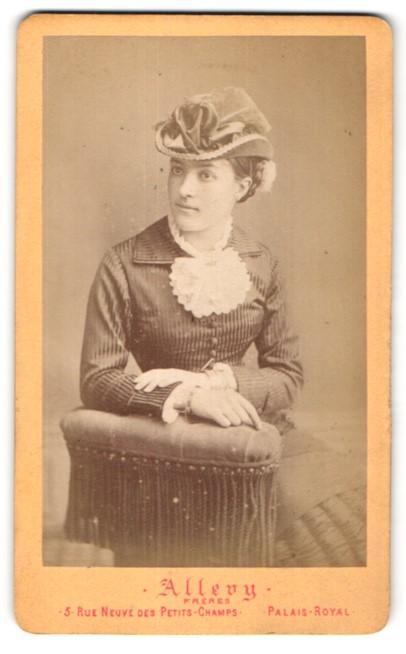 Fotografie Atelier Allevy, Paris, hübsche Dame im kleid trägt eleganten Hut