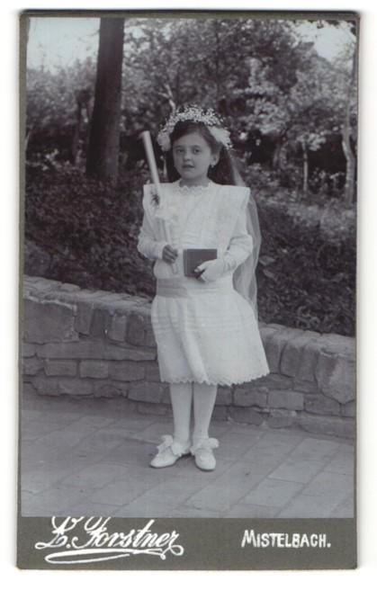 Fotografie Forstner, Mistelbach, Mädchen im weissen Kleid mit Kerze & Bibel