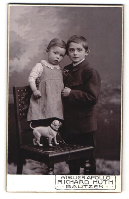 Fotografie Richard Huth, Bautzen, Knabe & Mädchen mit Spielzeug-Hund