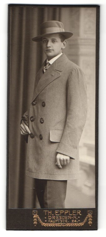Fotografie Th. Eppler, Dresden, Edelmann im Anzug mit Mantel & Hut