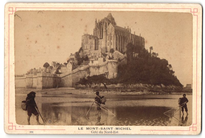 Fotografie Fotograf unbekannt, Ansicht Le Mont-Saint-Michel, Cote du Nord-Est, Muschelfischer bei der Arbeit
