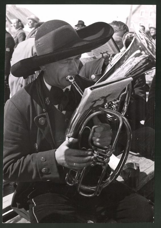 Fotografie Musikant in Tiroler Tracht spielt auf seinem Horn